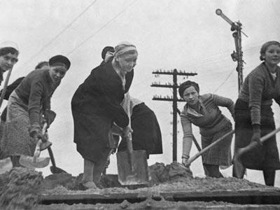 נשים בונות מסילת רכבת