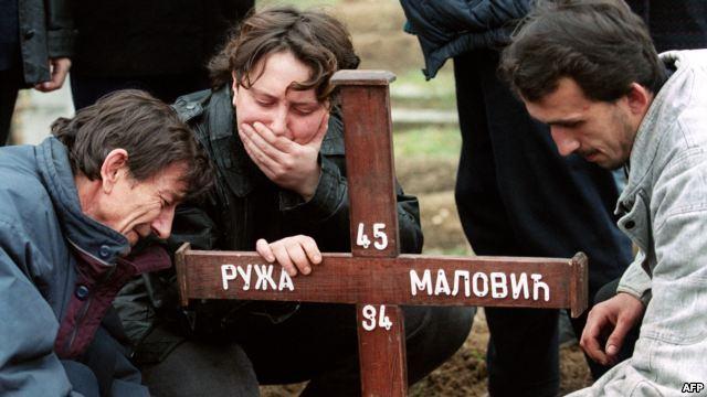 סרבים קוברים אישה שרצחוה הבוסנים