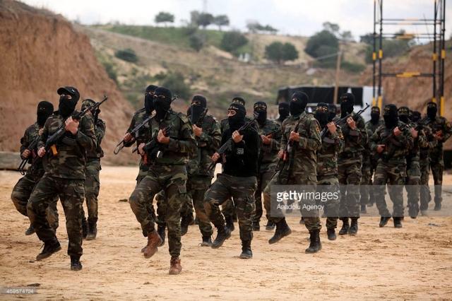 DEIR AL-BALAH, GAZA - NOVEMBER 25: Armed members of Islamic Jihad Movement, Al-Quds Brigades, are seen during a training in Deir al-Balah city of Gaza on November 25, 2014. (Photo by Ashraf Amra/Anadolu Agency/Getty Images)